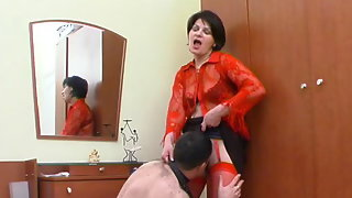 Hot mom in red stockings getting to facesitting before wild muff-splitting