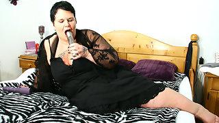 Big mature slut loves to get an orgasm