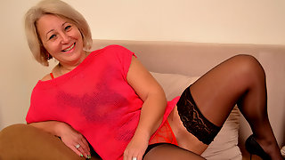 Sexy mature housewife still loves to play with herself