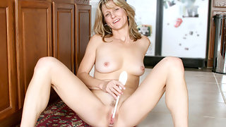 Amateur Milf Berkley gets nude & stuffs a dildo for orgasm