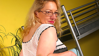 Housewife Jane needs to tickle her pussy