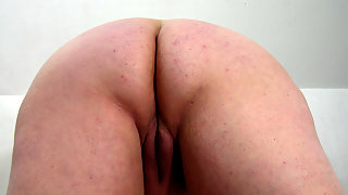 This big mature slut loves to play with herself