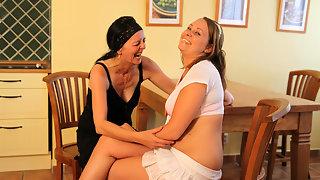 Hot babe doing a lesbian housewife
