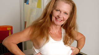 Kinky American housewife goes wet