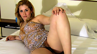 Housewife Marisol loves to play with her pussy