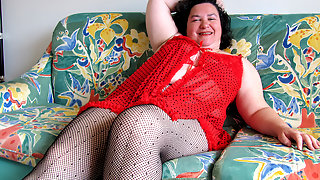 Chubby mama playing with a dildo on the couch