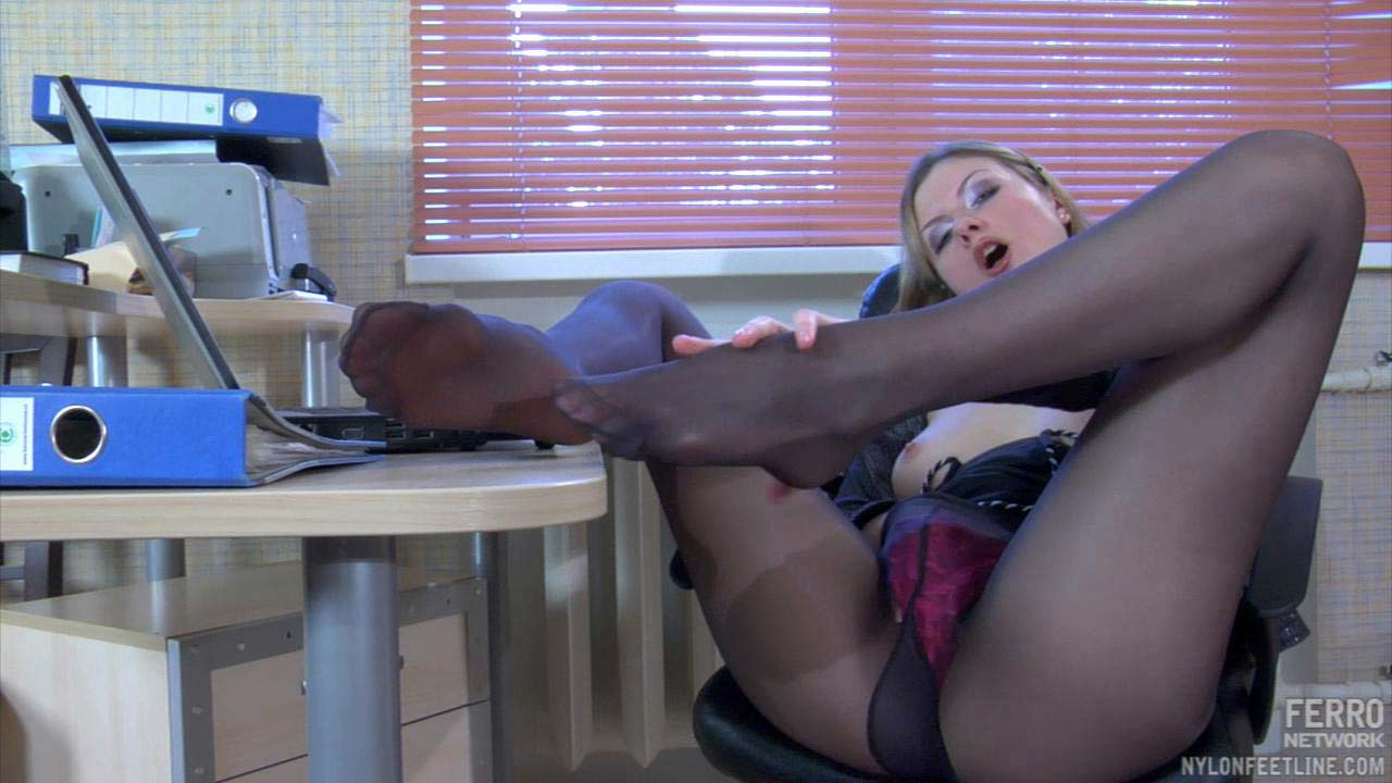 Девушки мастурбируют на рабочем месте