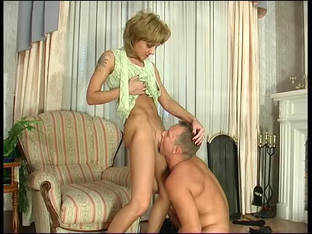 Заставила лизать пизду порно видеоы